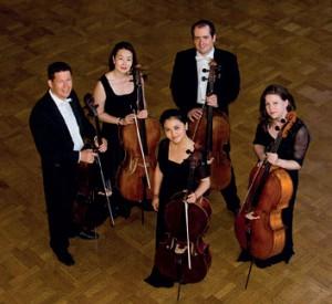 """Das Cello-Ensemble HansoriCelli wurde von Mitgliedern des Hessischen Staatsorchesters gegründet. Der Name des Ensembles geht auf den koreanischen Begriff """"Han-Sori"""" zurück, was im Deutschen am besten mit dem Wort """"Einklang"""" zu übersetzen ist. Das Repertoire des Ensembles bietet ein breites Spektrum an Werken, beginnend in der frühen Barockzeit bis hin zur späten Romantik und Moderne. Gespielt werden sowohl Originalwerke als auch Bearbeitungen, die zum Teil eigens vom und für das Ensemble HansoriCelli transkribiert wurden. Mit Christian Pfeifer an der Steinmeyer-Orgel können Sie die außergewöhnliche Klangkombination Orgel und Cello-Ensemble erleben."""