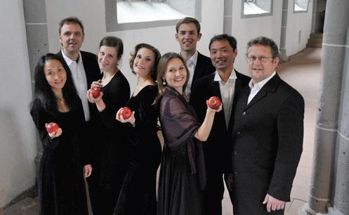 """Das Ensemble """"in paradiso"""" Frankfurt, bestehend aus international erfolgreichen und renommierten Vokal- und Instrumental-Barockmusikern, präsentiert zum Abschluss des Weihnachtsfestkreises ein Weihnachtsprogramm mit Werken von Purcell, Dowland, Monteverdi und Gibbons."""