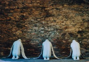 Drei Engel: Auf dem Boden kauernde Engel, die einen zerschundenen Rücken haben.
